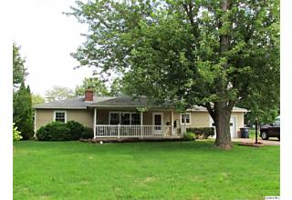 Photo of 107 Parkway Dr Carthage, IL 62321